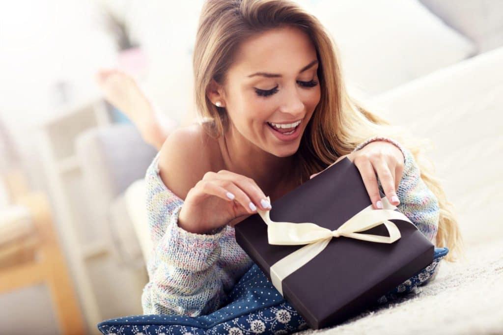 Что подарить девушке на 8 марта
