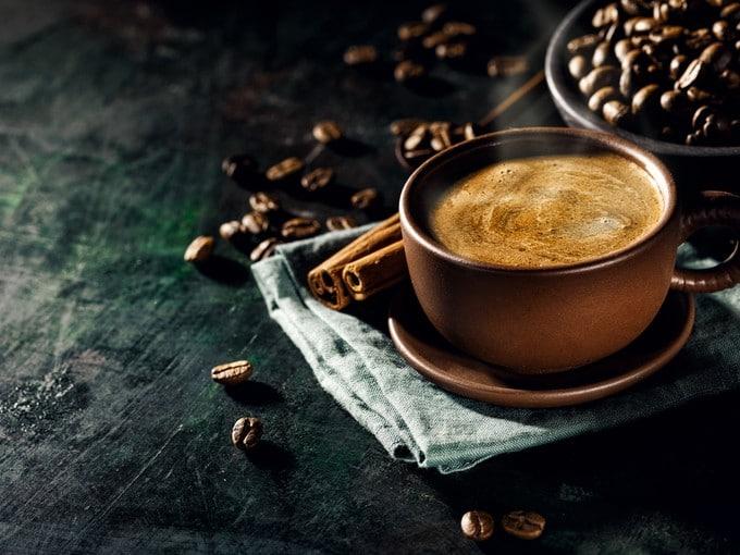 Чашка кофе из лучшей кофемашины для дома